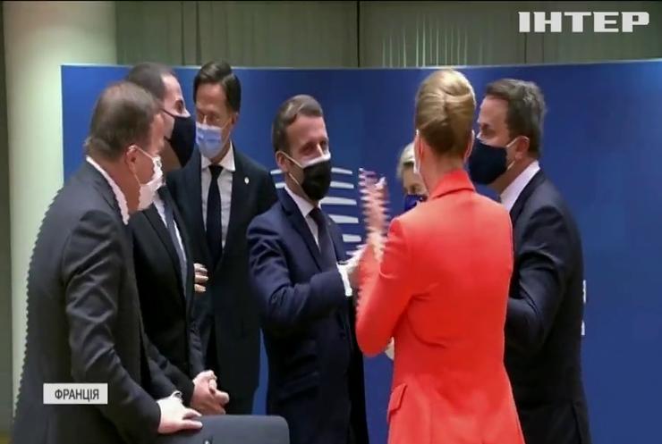 Заразні обійми: хвороба президента Макрона спричинила скандал у Франції
