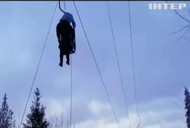 У Карпатах на гірськолижному підйомнику застрягли десятки людей (відео)