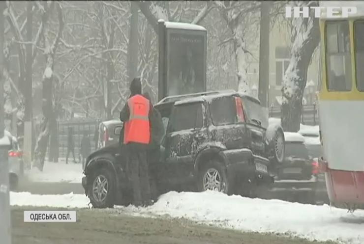 Замети, аварії та відключення електрики: в Україну прийшла зима