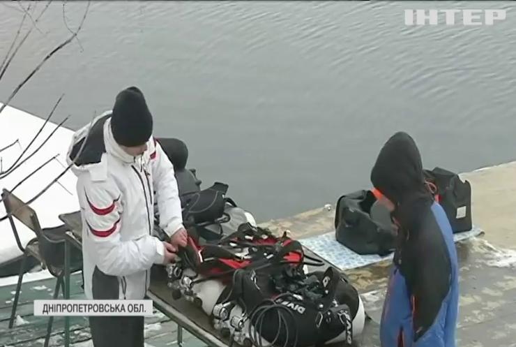 На Дніпропетровщині дайвери змагалися у встановленні під водою новорічної ялинки