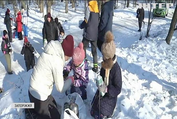 Підтримай птахів: жителі Запоріжжя влаштували на Хортиці традиційну підгодівлю пернатих