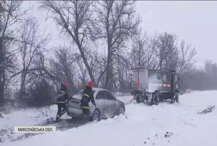 Негода в Україні: дороги перетворилися на снігове пекло