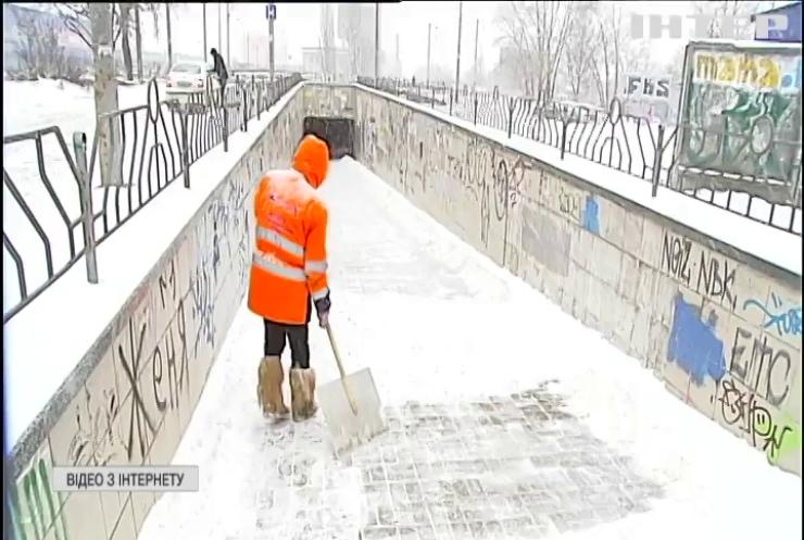 Затори та ожеледиця: дороги Києва замело снігом