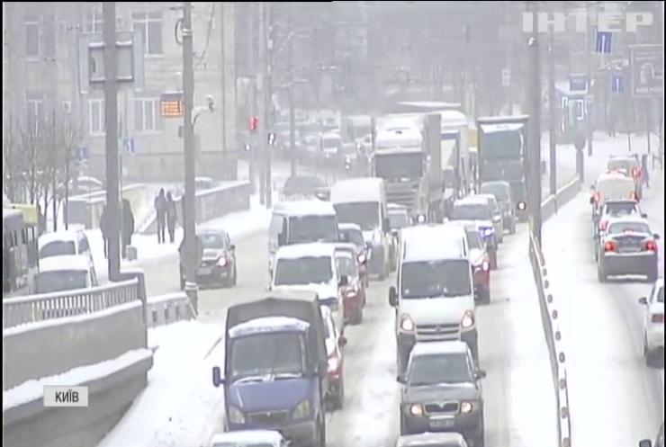 У Києві на боротьбу зі снігом вивели БТР