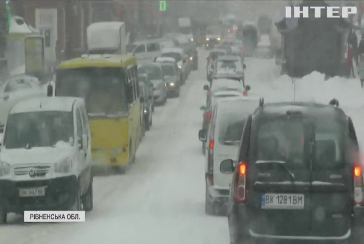 Скасовані авіарейси, аварії та військові на вулицях: в Україну прийшли потужні снігопади