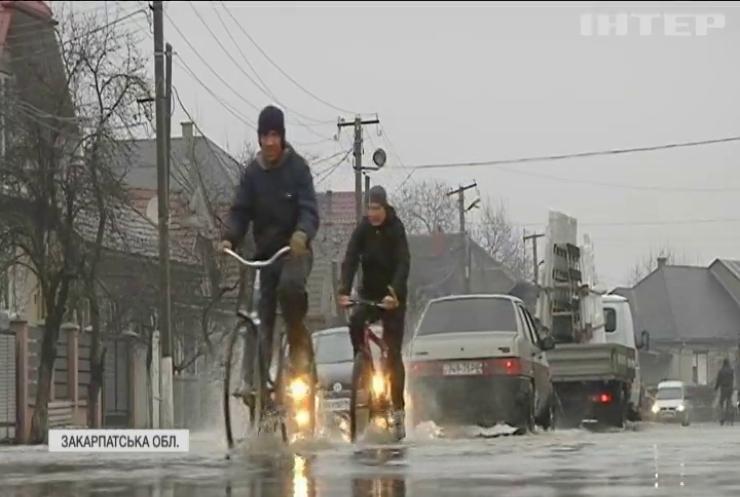 Паводок на Закарпатті: через підтоплені водогони у Мукачеві перекрили водопостачання