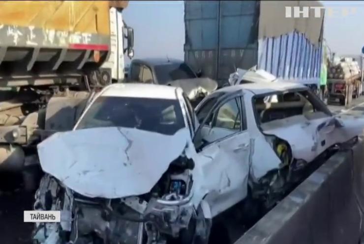 На Тайвані у масштабній ДТП зіштовхнулися десятки автівок