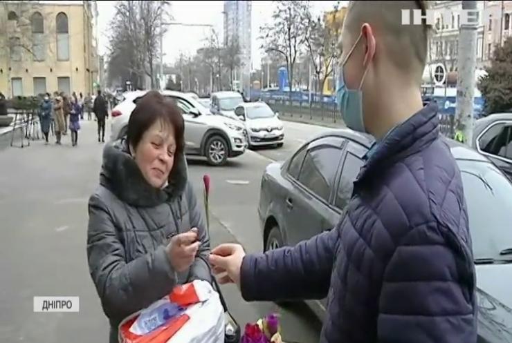 Букети своїми руками: школярі Дніпра закликали зберегти червонокнижні квіти
