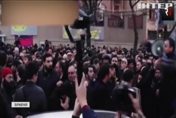 Протестувальники взяли в облогу Парламент Вірменії