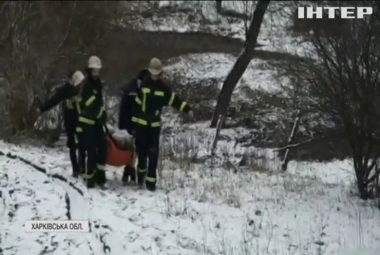 На Харківщині рятувальники на руках несли до швидкої людину з інсультом
