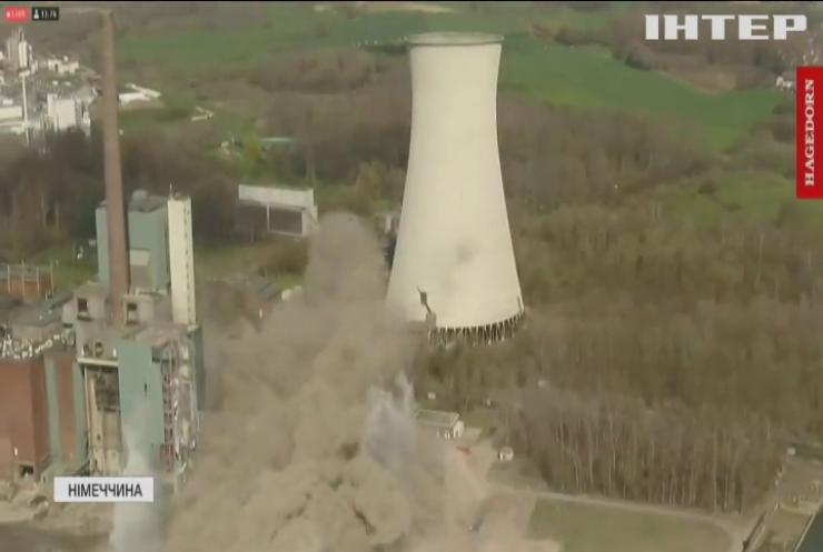 У Німеччині видовищним вибухом знесли застарілу електростанцію (відео)