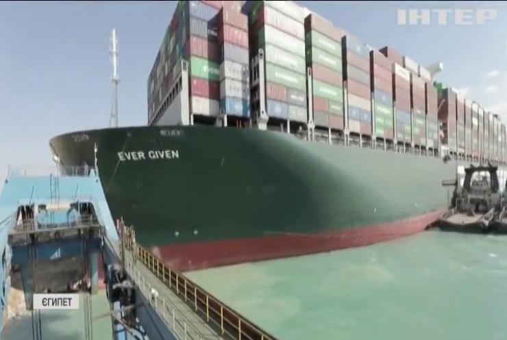 У Суецькому каналі зняли з мілини гігантський контейнеровоз