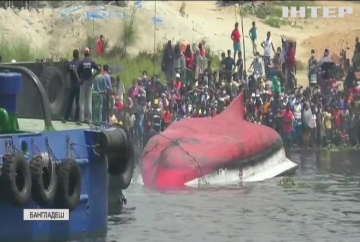 У Бангладеш вантажне судно протаранило пасажирський пором
