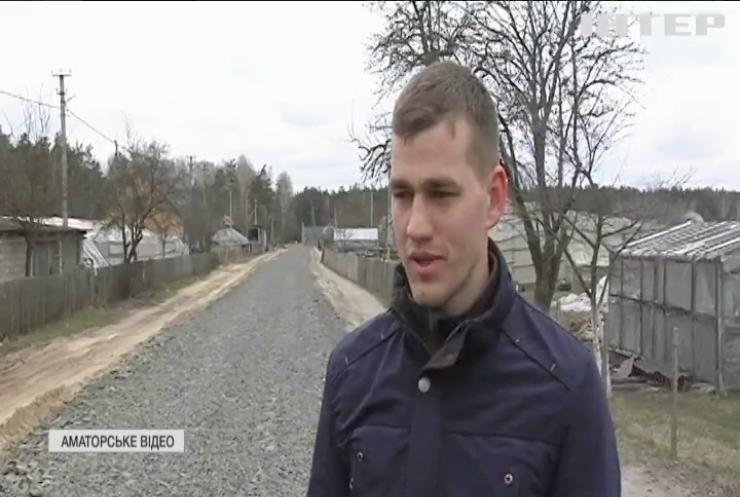 На Рівненщині селяни вирішили не чекати допомоги та відремонтували дорогу