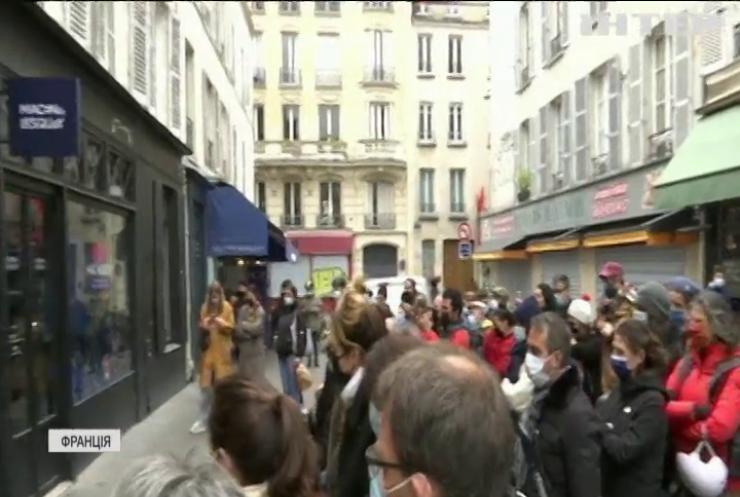 У Парижі влаштували виставу на вітрині бутика