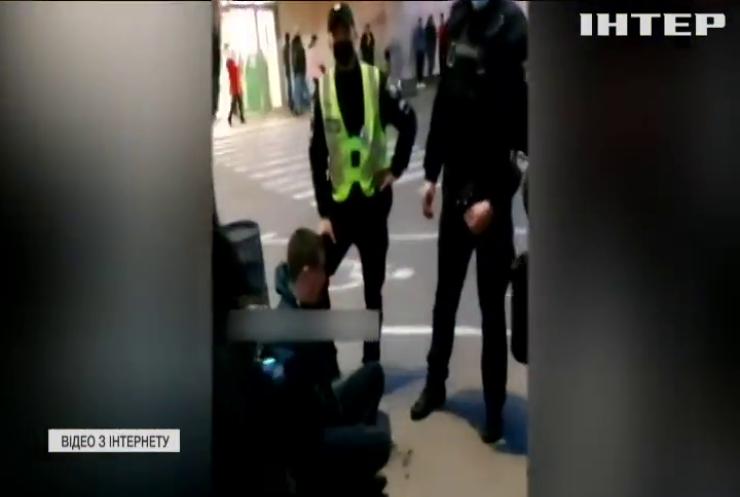 Бойовик у Рівному: покупці магазину скрутили нападника на обмінний пункт