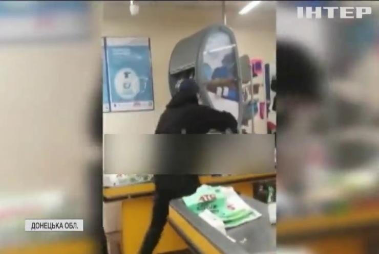 У Маріуполі чоловік засмутився через маску і порубав магазин сокирою