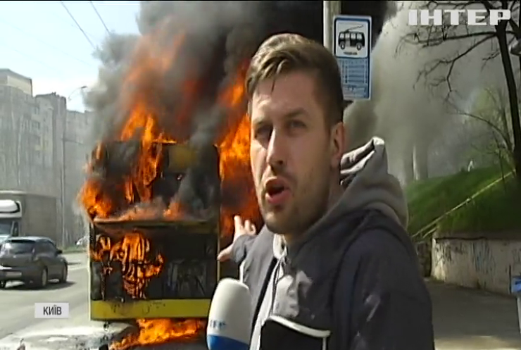 У Києві посеред дороги спалахнув і вибухнув автобус з пасажирами