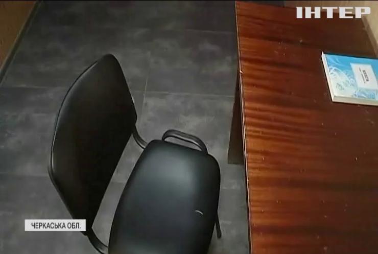 Кулаки, як аргумент: на Черкащині у відділку поліції знову побили людину