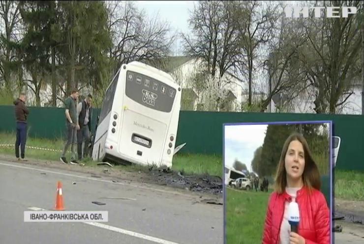 На Івано-Франківщині рейсовий автобус розчавив легковий автомобіль