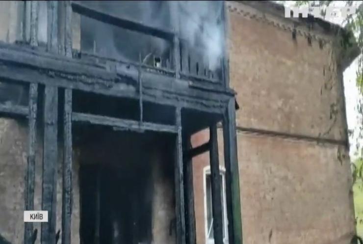 Пожежа з ускладненнями: у Києві згорів житловий будинок