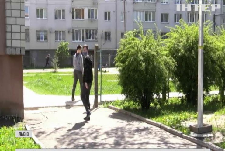 Отруйні змії посеред подвір'я: школярі Львова потерпають від нашестя гадюк
