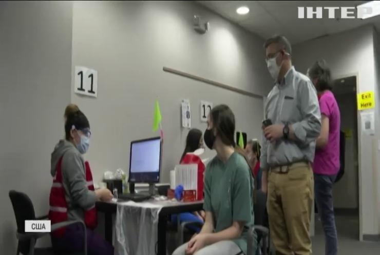 У США вакцинованим дозволили не носити маски