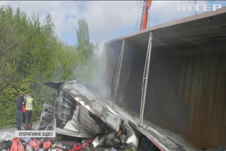 На Хмельниччині у заблокованих машинах живцем згоріли люди
