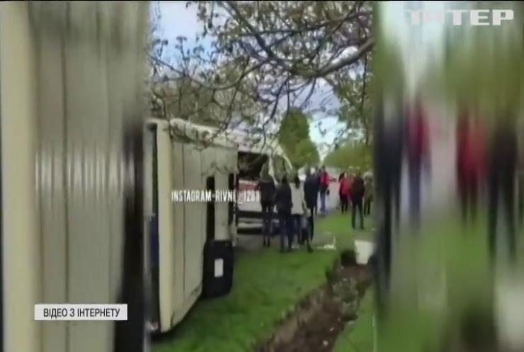 На Рівненщині перекинувся автобус з пасажирами