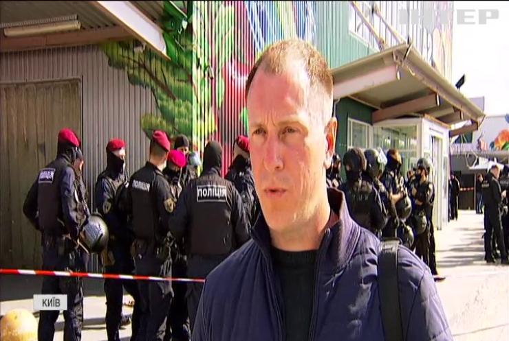"""Битва за """"Столичний"""": найбільший ринок Київщини намагалися захопити озброєні люди з БТРом"""