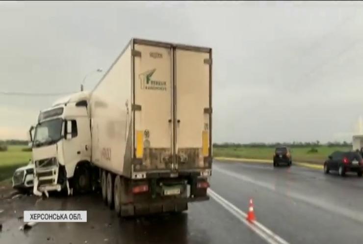 Смертельна ДТП: на Херсонщині вантажівка розчавила позашляховик з пасажирами