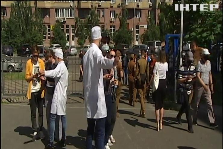"""Вакцинація на паузі: у Києві скасували """"щеплення вихідного дня"""""""