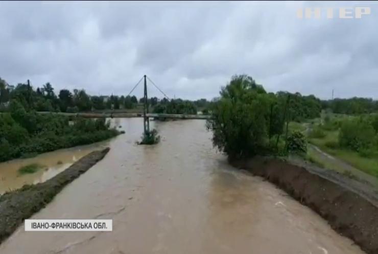 Негода в Україні: потужна повінь накоїла лиха на Прикарпатті