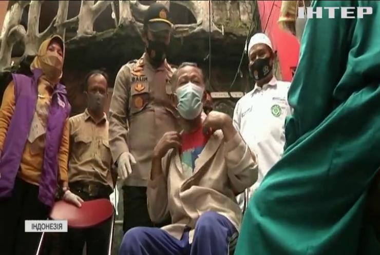 Індонезійців за вакцинацію нагороджують куркою