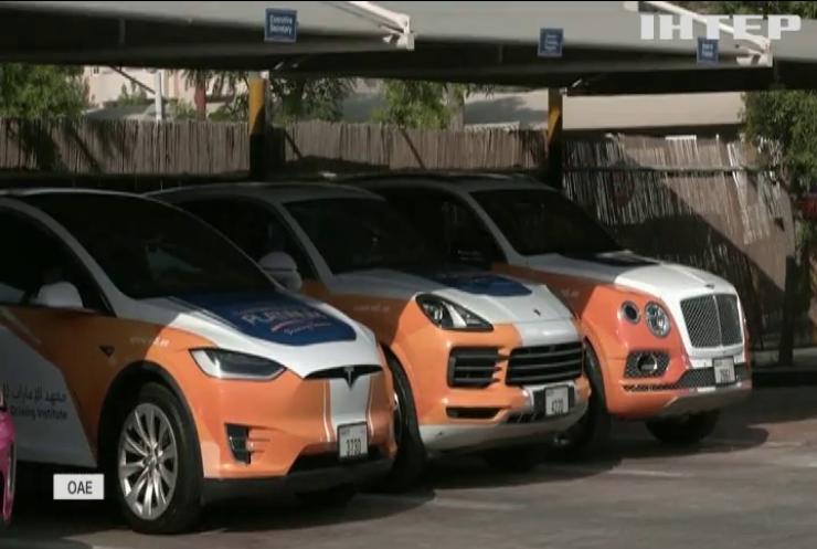 Школа в Дубаї навчає водінню на елітних авто