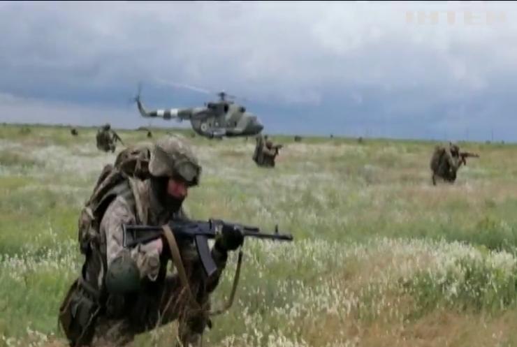 """Десантники тренувалися """"зачищати територію"""" на кордоні з Кримом"""