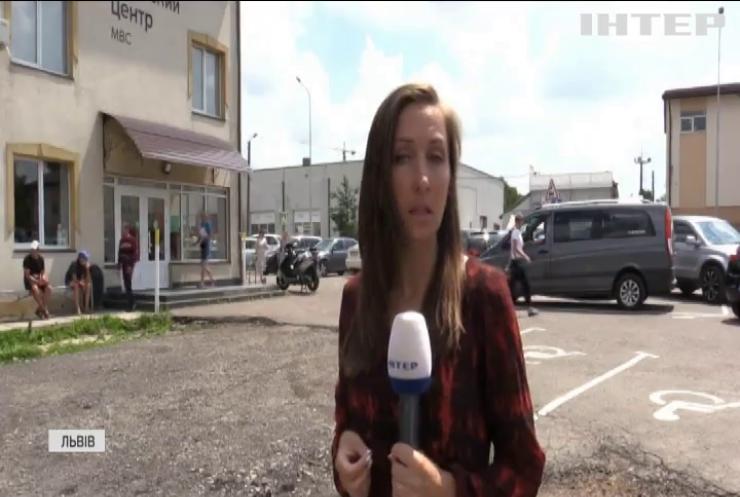 Дефіцитний пластик: в Україні припинили виготовлення техпаспортів на авто
