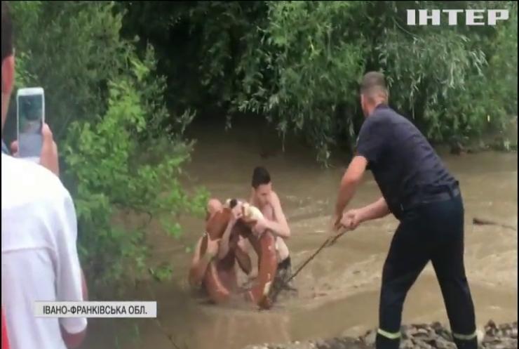 Негода в Україні: на Прикарпатті від стихії врятували десятки людей