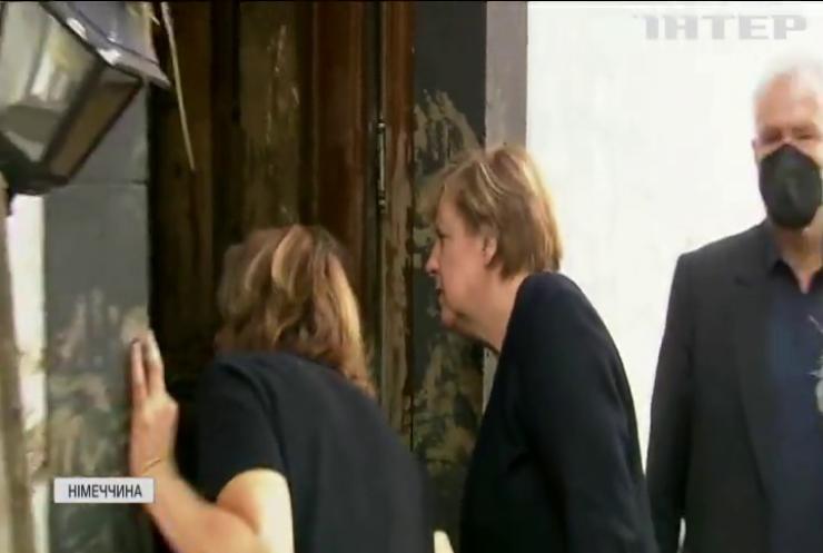 Стихія з політичними наслідками: ймовірного наступника Ангели Меркель критикують за недоречний сміх під час візиту в затоплений регіон