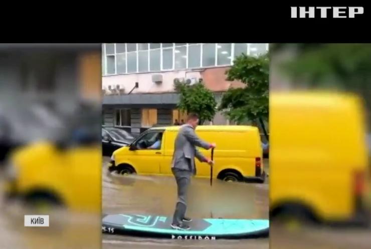 Затоплені станції метро та повалені дерева: потужна злива накрила Київ