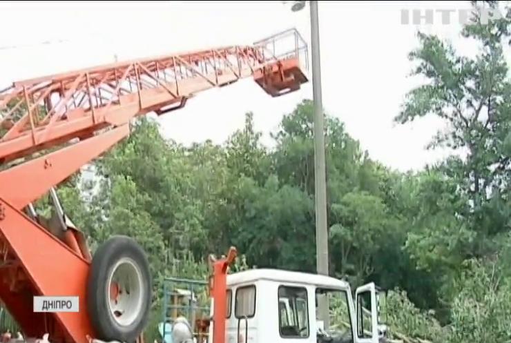 Зірвані дахи й повалені дерева: Дніпропетровщина оговтується від руйнівного буревію