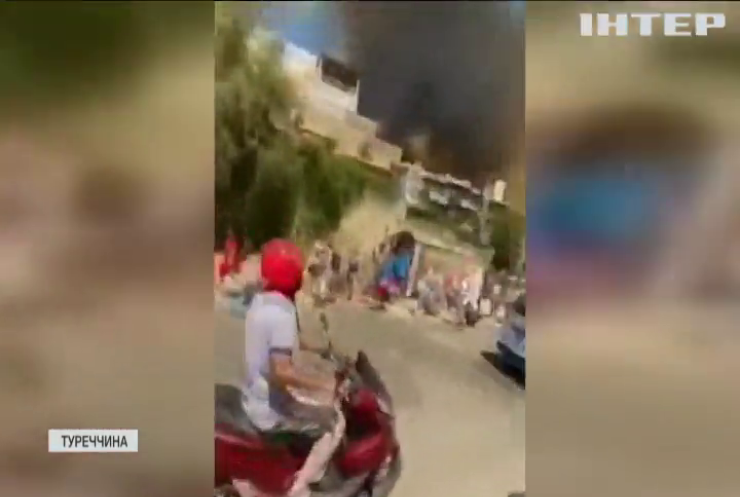 Пожежі у Туреччині: відпочивальники з валізами тікають з Бодруму