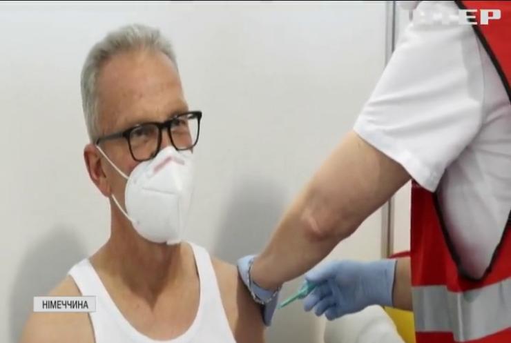Німців вакцинуватимуть третіми дозами Pfizer та Moderna