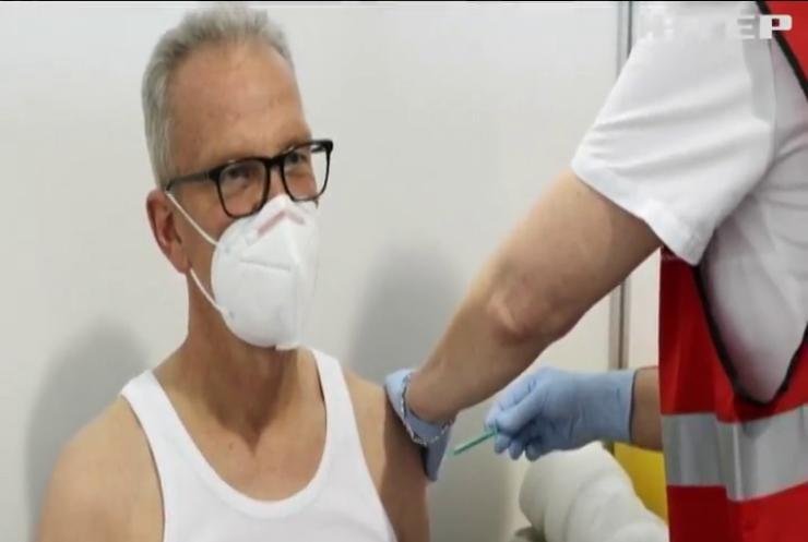 Людям похилого віку пропонують третю дозу вакцини у Баварії