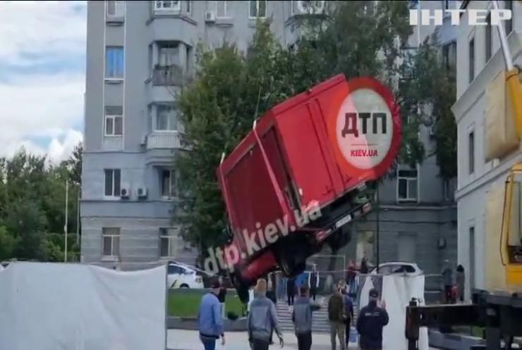У центрі Києва водій вантажівки пошкодив щойно збудований фонтан
