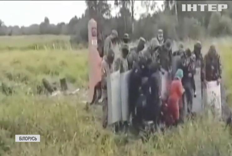 Білоруські прикордонники змушують мігрантів переходити на територію Литви