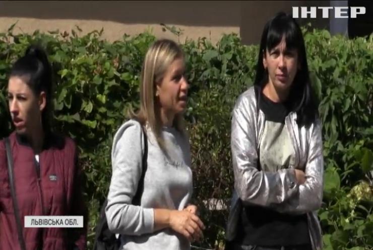 Скандальні туалети на Львівщині: у соцмережах оприлюднили фотографії шкільних вбиралень без дверей