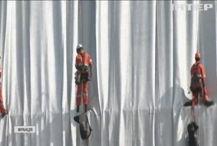 Посмертний проєкт художника Христо: паризьку арку обгортають тканиною