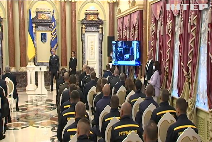 Президент України нагородив героїв-рятувальників з народу