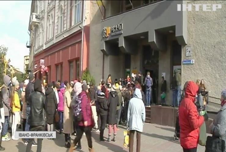 В Івано-Франківську батьки ночували під дверима ЦНАПу аби влаштувати дітей у садок